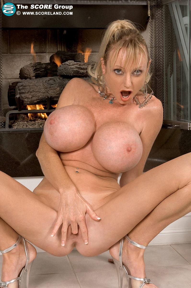 Порно женщин с огромной силиконовой грудью